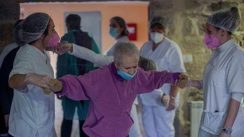 Andalucía justifica por protocolo la vacuna de un centenar de administrativos en Granada
