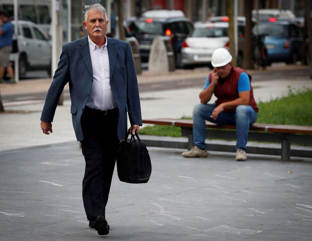 Foto: Víctor Bravo a su llegada al Palacio de Justicia de San Sebastián durante el juicio en septiembre. (EFE)