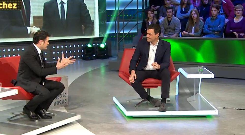 Foto: Pedro Sánchez con Iñaki López, conductor de 'La Sexta noche', durante su entrevista en plató, este 12 de marzo. (EC)