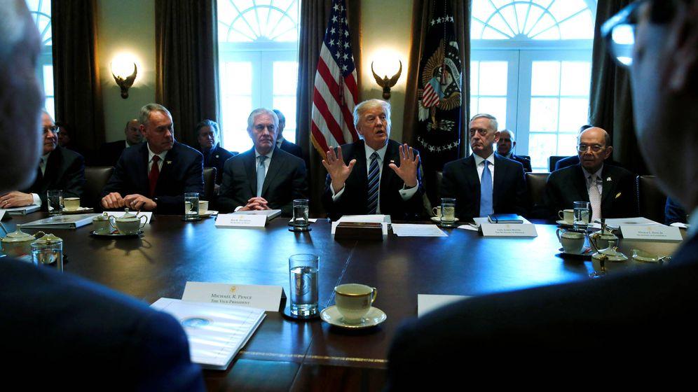 Foto: Donald Trump junto a Tillerson y Mattis durante una reunión del gabinete en la Casa Blanca. (Reuters)