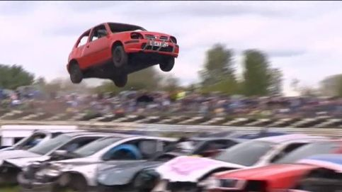 Peculiar y arriesgada competición de coches en Inglaterra