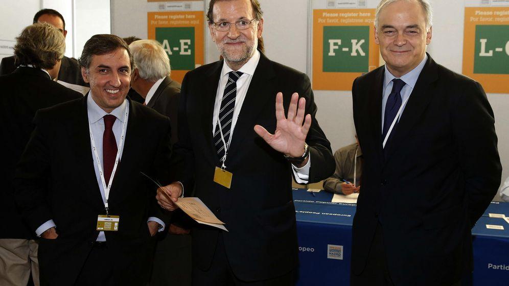 Foto: Rajoy (c), con el eurodiputado González Pons (d), en el congreso del PPE de 2015 en Madrid. (EFE)