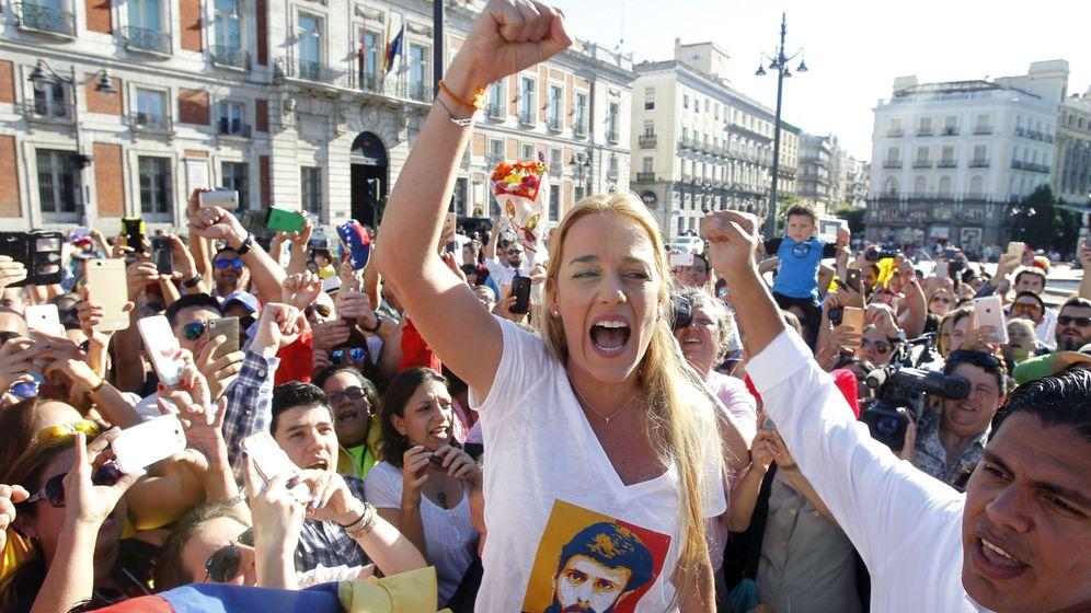 Foto: La mujer del líder opositor encarcelado venezolano Leopoldo López, Lilian Tintori, en la Puerta del Sol. (EFE)