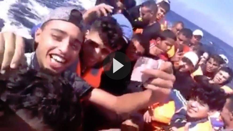 Euforia al cruzar el Estrecho y cadáveres  flotando: los vídeos caseros en las pateras