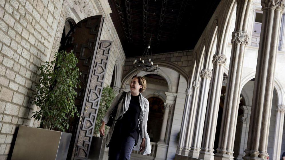 Foto: Ada Colau en la galería gótica del Ayuntamiento de Barcelona (EFE)