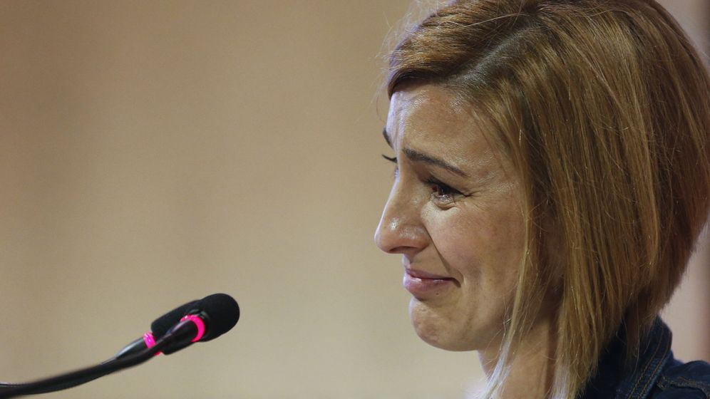 Foto: Naiara, hija de Manuel Zamarreño, el concejal del PP asesinado hace 20 años en Rentería, durante un homenaje a su padre en junio de 2017. (EFE)