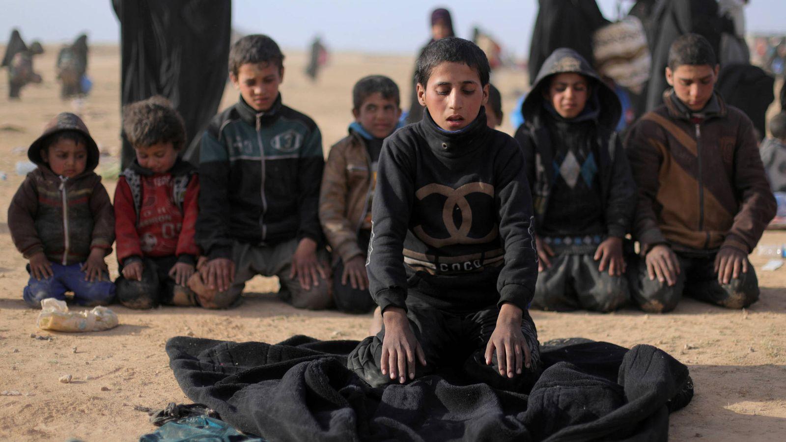 Foto: Niños que huyen de los combates en Baghouz durante el rezo, en Deir Al Zor, Siria. (Reuters)