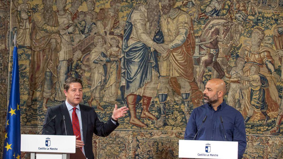 Foto: El presidente de Castilla-La Mancha, Emiliano García-Page (i), y el secretario general de Podemos en la región, José García Molina. (EFE)