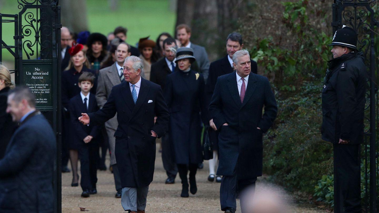 El príncipe Carlos y el príncipe Andrés, en una de sus últimas imágenes juntos. (Reuters)