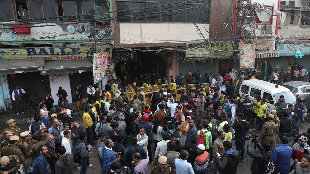 Foto: La policía india y periodistas en la zona en la que se ha producido el fuego. (EFE)