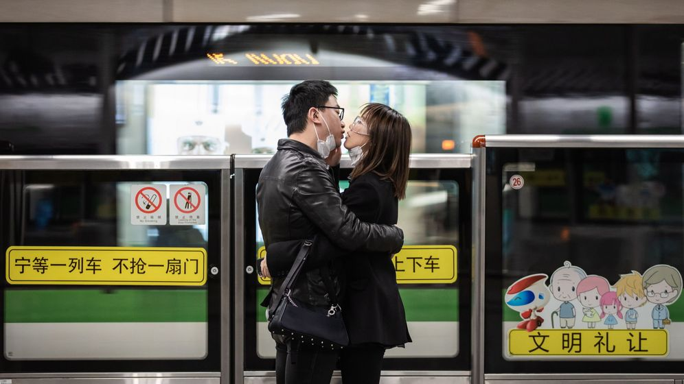 Foto: Una pareja se besa sin mascarillas en China. (EFE)