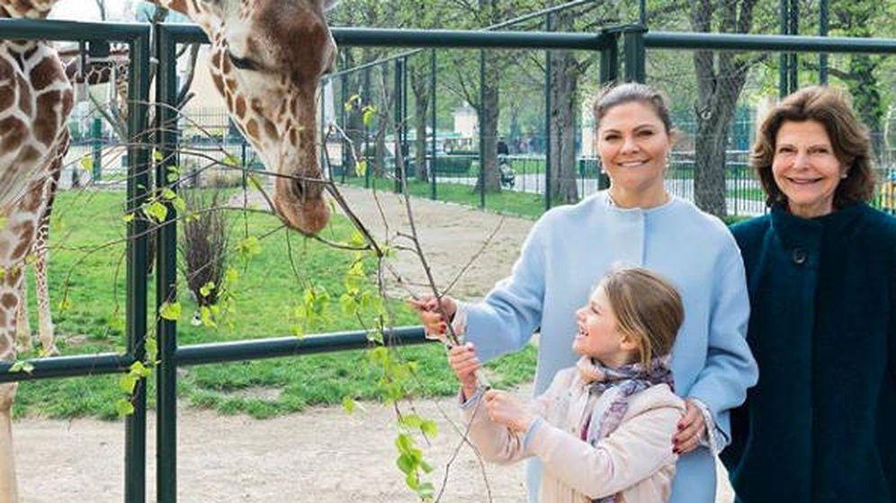 Foto: Silvia, Victoria y Estelle de Suecia en el Zoo de Viena. (Redes Sociales: @zooviennaschonbrunn)