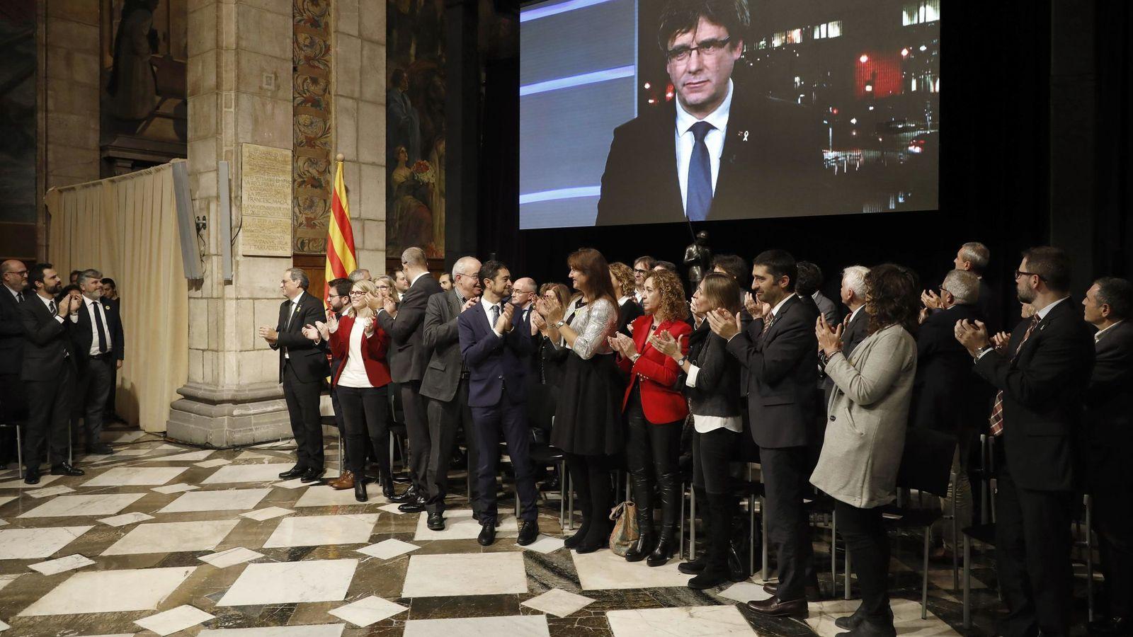Foto: El presidente de la Generalitat, Quim Torra, y el vicepresidente del Govern, Pere Aragonès, entre otros, aplauden la intervención por videoconferencia del 'expresident' Carles Puigdemont. (EFE)