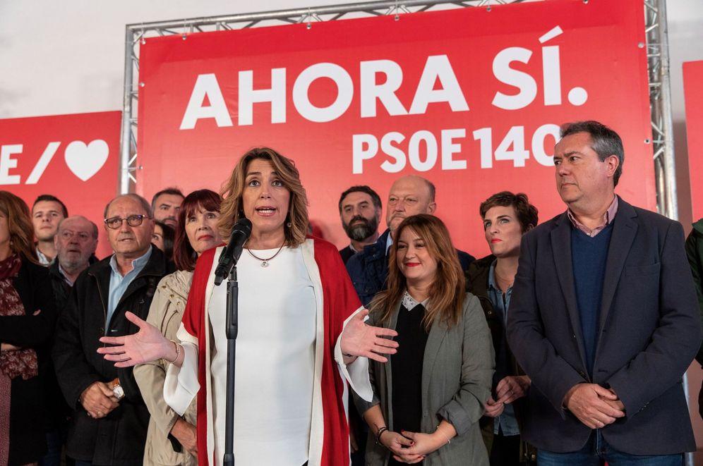 Foto: Susana Díaz, junto a miembros de su ejecutiva, en la pasada noche electoral del 10-N. (EFE)