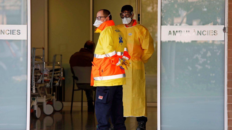 Foto: Dos sanitarios en el exterior del Hospital de Igualada, Barcelona. (EFE)