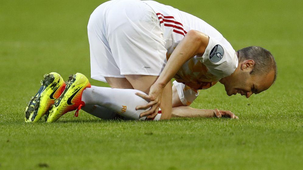 Foto: Iniesta se duele de un golpe durante el partido (Michael Dalder/Reuters).