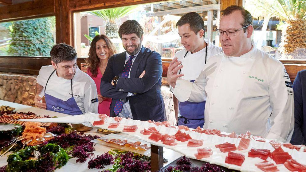 Foto: El presidente de la Comunidad de Murcia, Fernando López Miras, y el chef Pablo González-Conejero.