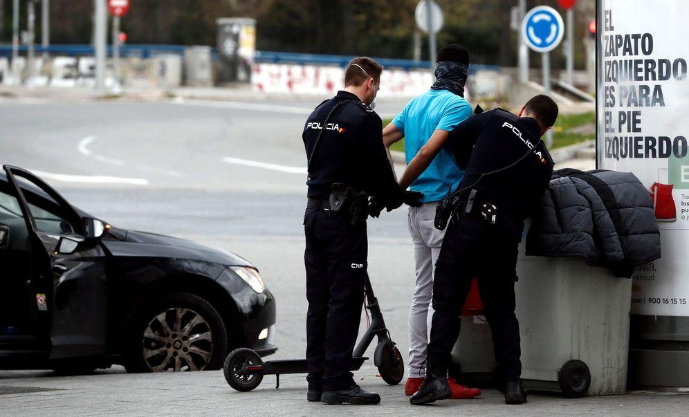 Foto: Una persona es detenida junto a la estación de Príncipe Pío por ir en patinete y por supuesta posesión de estupefacientes, durante el estado de alarma decretado debido a la pandemia del coronavirus. (EFE)
