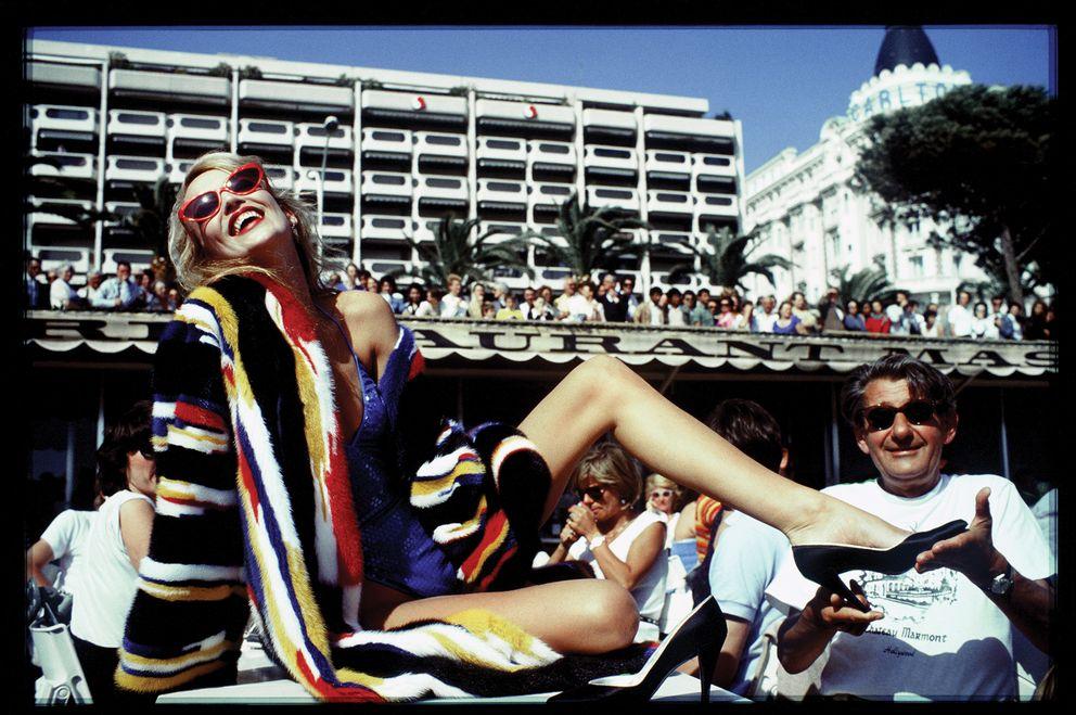 Foto: Jerry Hall y el fotógrafo Helmut Newton en Cannes, en 1983. ©David Bailey.