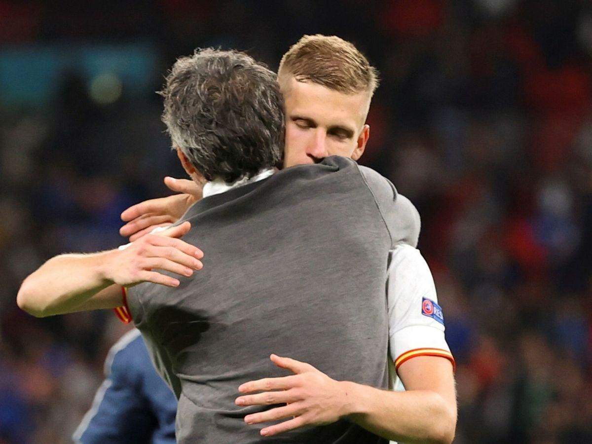 Foto: Dani Olmo se abraza con Luis Enrique tras la eliminación. (EFE)