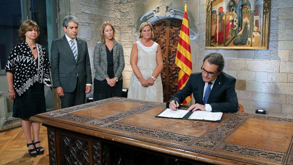 Foto: Artur Mas (d), durante el acto de firma del decreto de disolución del Parlamento de Catalunya. (EFE)