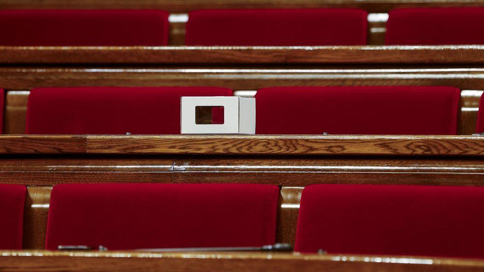 Foto: Una pequeña urna de cartón en el escaño vacío de la diputada y 'exconsellera' Irene Rigau. (EFE)