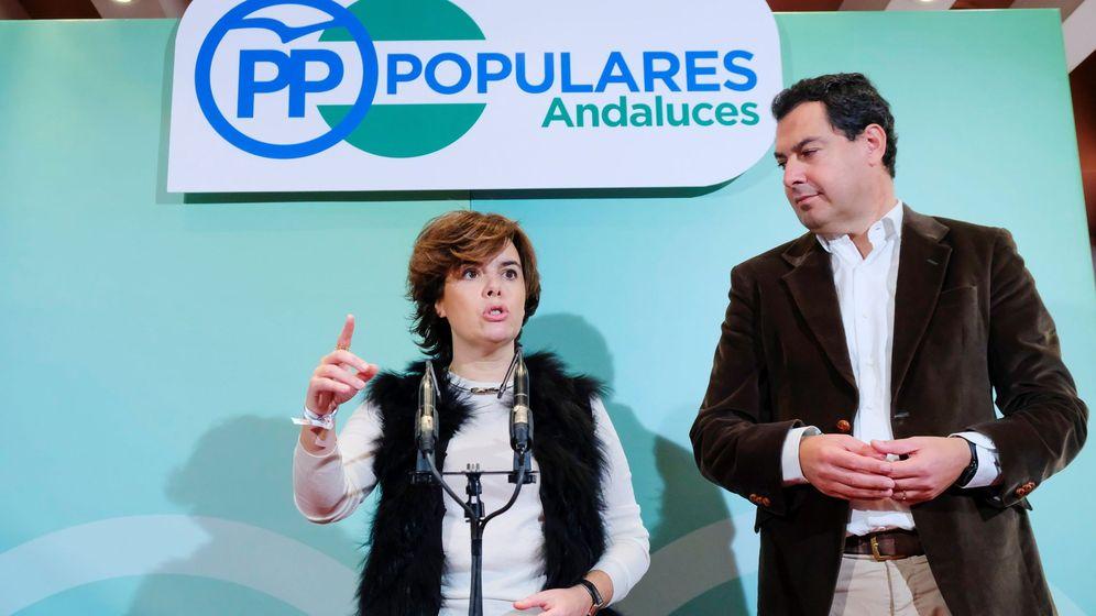 Foto: Soraya Sáenz de Santamaría y Juanma Moreno, en un acto en Sevilla. (EFE)