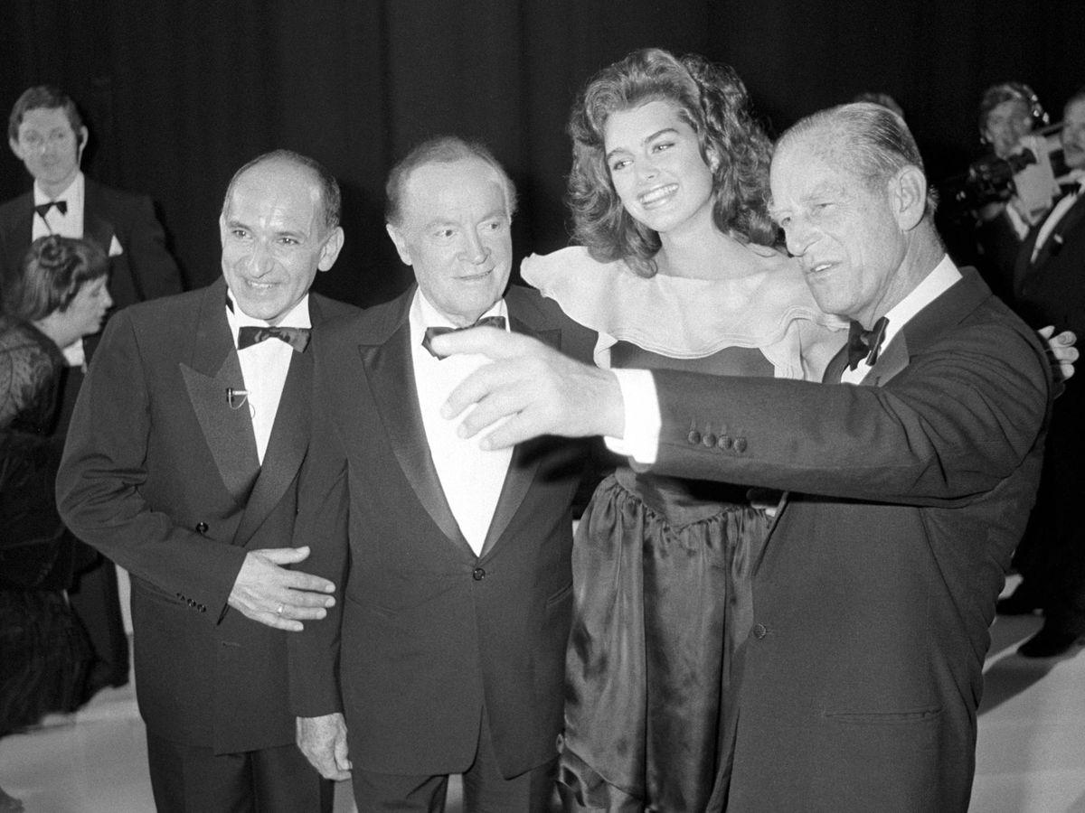 Foto: El príncipe, asistente a la celebración del 82 cumpleaños de Bob Hope, posa junto a él, Ben Kingsley y Brooke Shields. (CP)