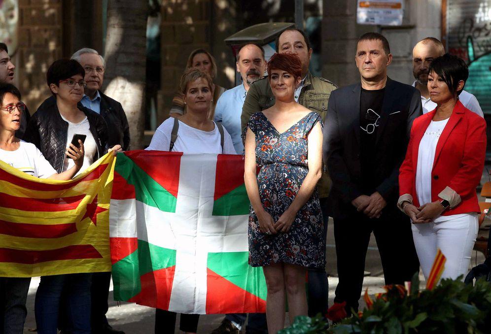 Foto: Otegi y otros dirigentes de EH Bildu en la ofrenda floral al monumento a Rafael Casanova durante la Diada de este lunes. (EFE)