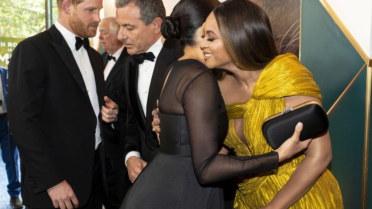 Meghan y Beyonce se abrazan en el estreno de 'El Rey León' en Londres.