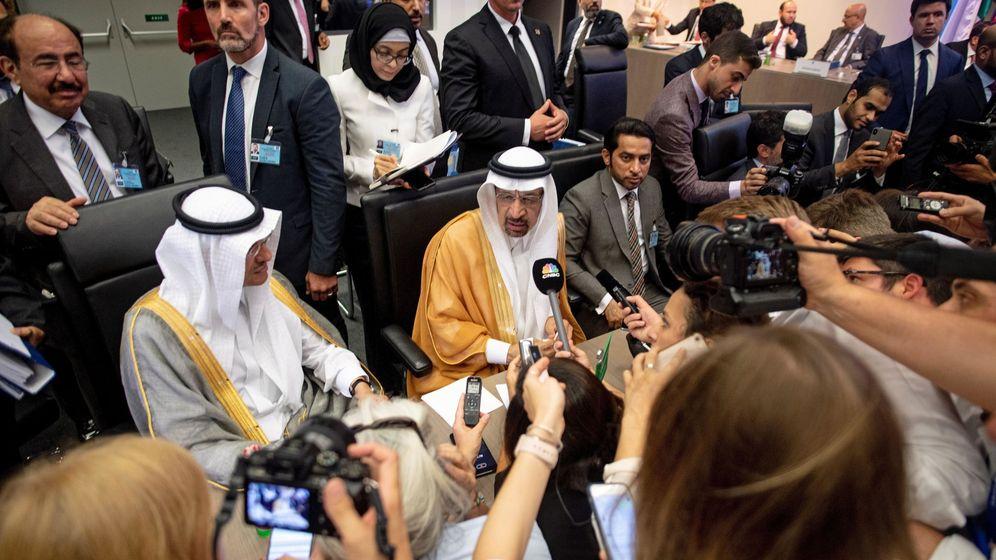 Foto: El ministro saudí de Energía, Khalid al-Falih (c), atiende a los medios durante una reunión de la Organización de Países Exportadores de Petróleo (OPEP), en Viena (Austria).