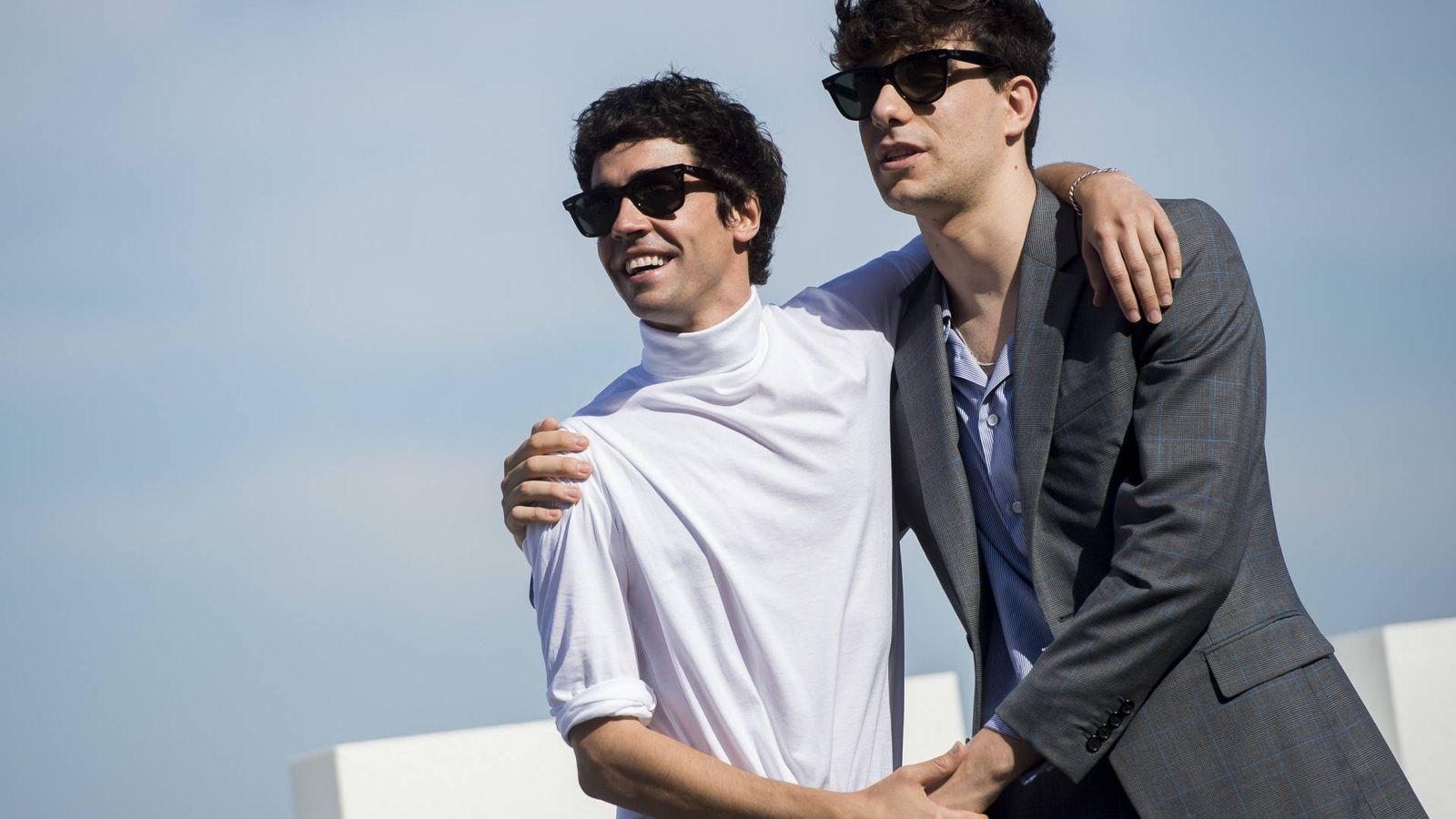 Foto: Javier Ambrossi y Javier Calvo en la presentación donostiarra de 'La llamada'. (Gtres)