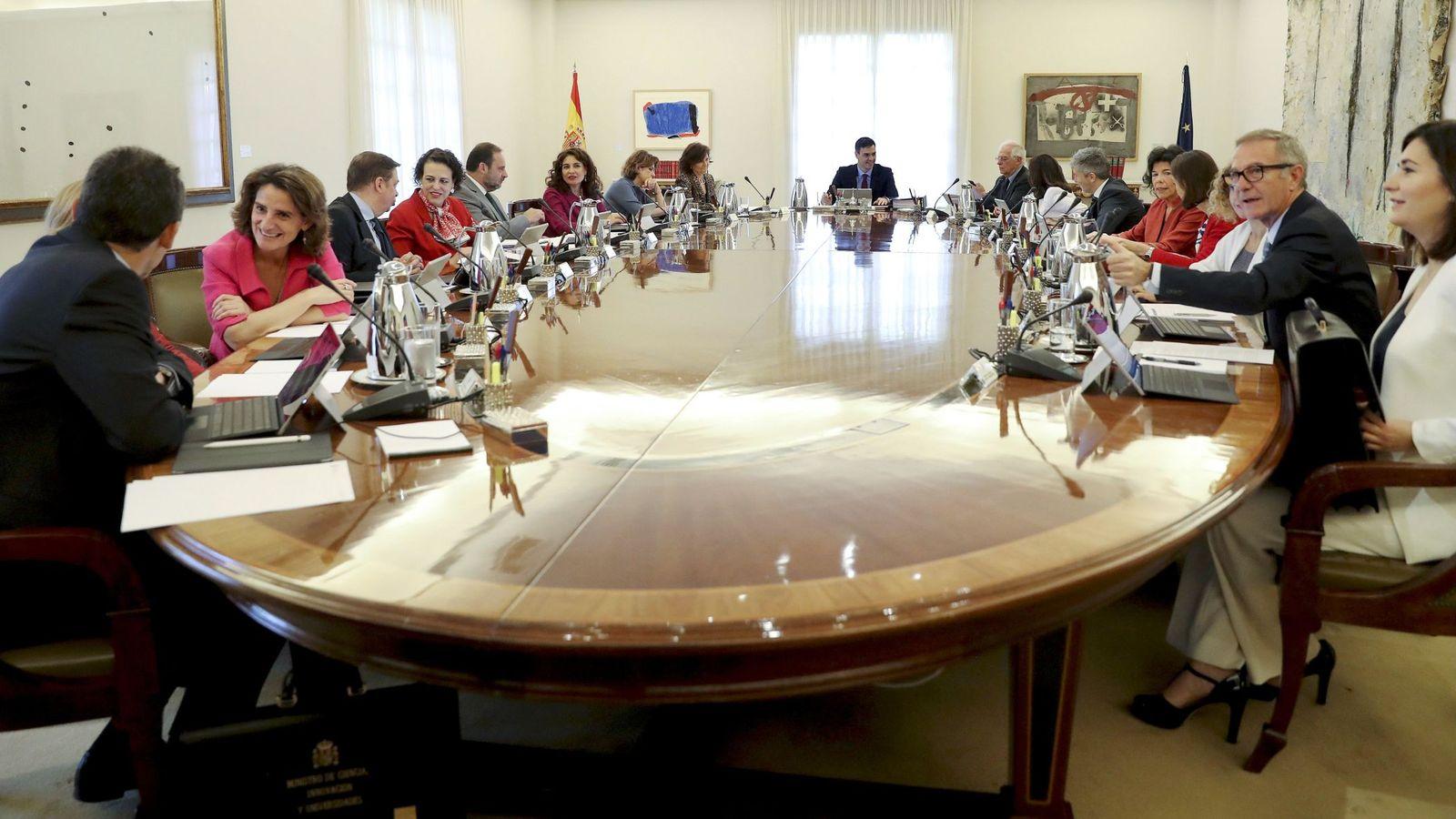 Foto: Pedro Sánchez, con su Consejo de Ministras y Ministros el pasado 6 de julio, cuando aún estaba en él Carmen Montón. (EE)