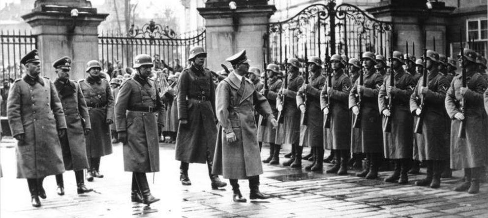 Foto: Hitler pasa revista a la guardia de honor en el castillo de Praga, 15 de marzo de 1939
