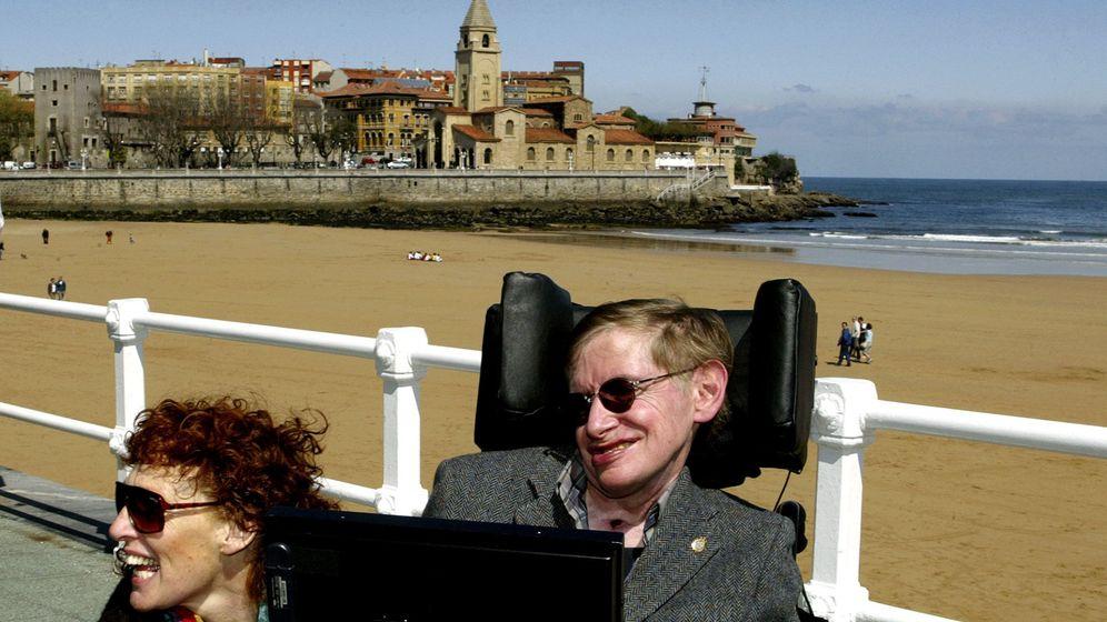 Foto: Hawking, fotografiado en 2005 con su mujer, Elaine, en la playa de San Lorenzo en Gijón. (Alonso González / Reuters)