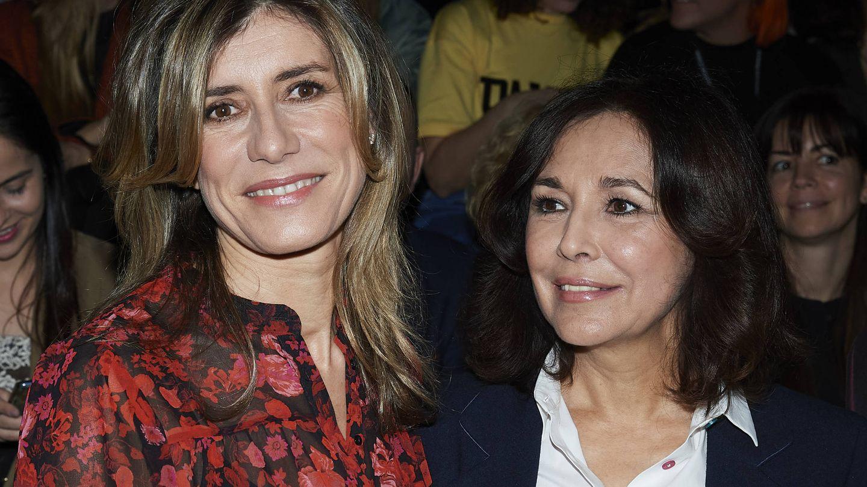 Begoña Gómez, junto a Isabel Gemio en la Semana de la Moda de enero. (Getty)