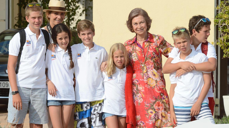 Foto: La Reina Sofía con sus seis nietos mayores, en una imagen de archivo (Gtres)