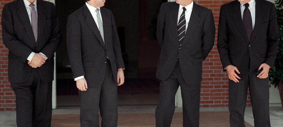 Foto: José María Aznar y Adolfo Suárez en el Palacio de la Moncloa. (EFE)