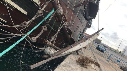 Un mástil del 'artefacto flotante' de Alicante cae en el muelle y el dueño tiene diez días