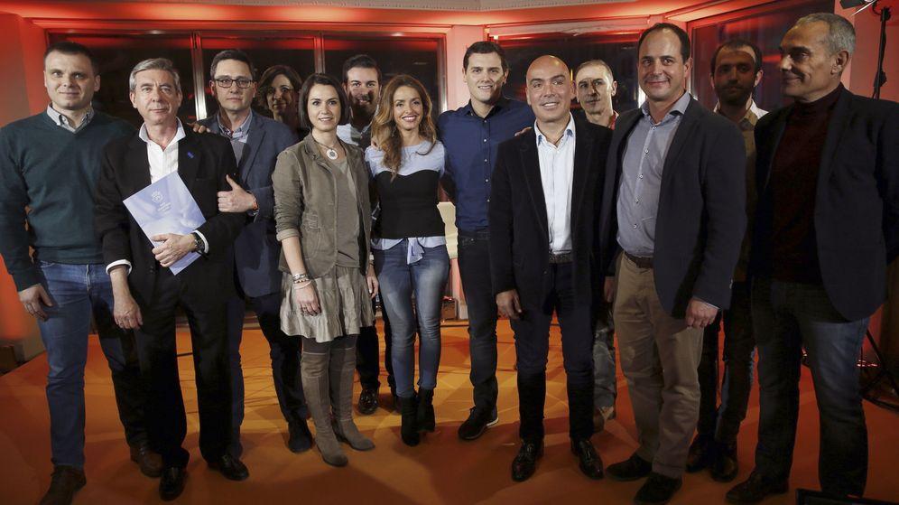 Foto: Foto de familia tras el acto 'Gestación subrogada. Una apuesta de futuro', organizado por Ciudadanos en febrero en Madrid. (EFE)