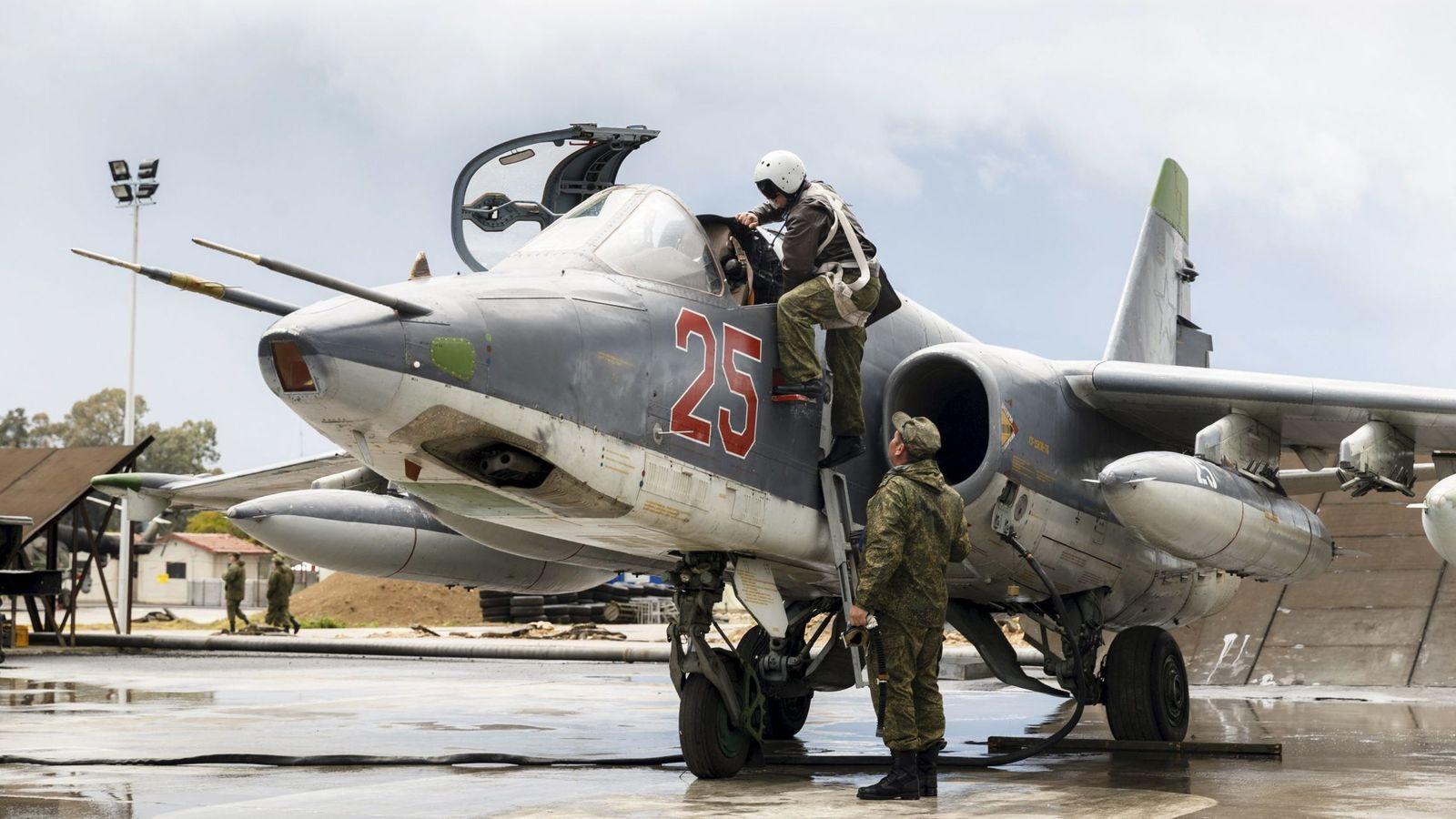 Foto: Un piloto ruso monta en un caza Sukhoi Su-25 en la base aérea de Jmeimin, en Siria, el 16 de marzo de 2016 (Reuters)