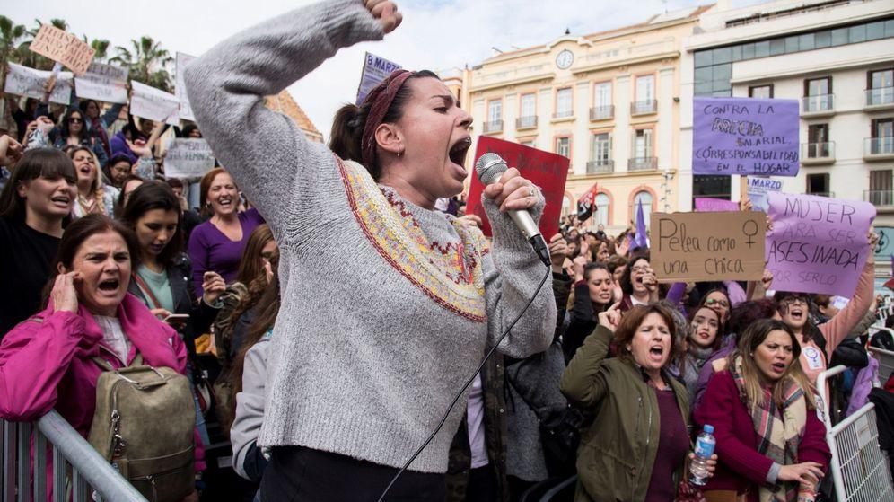 Foto: Un grupo de mujeres se concentra durante la manifestación del 8M. (EFE)