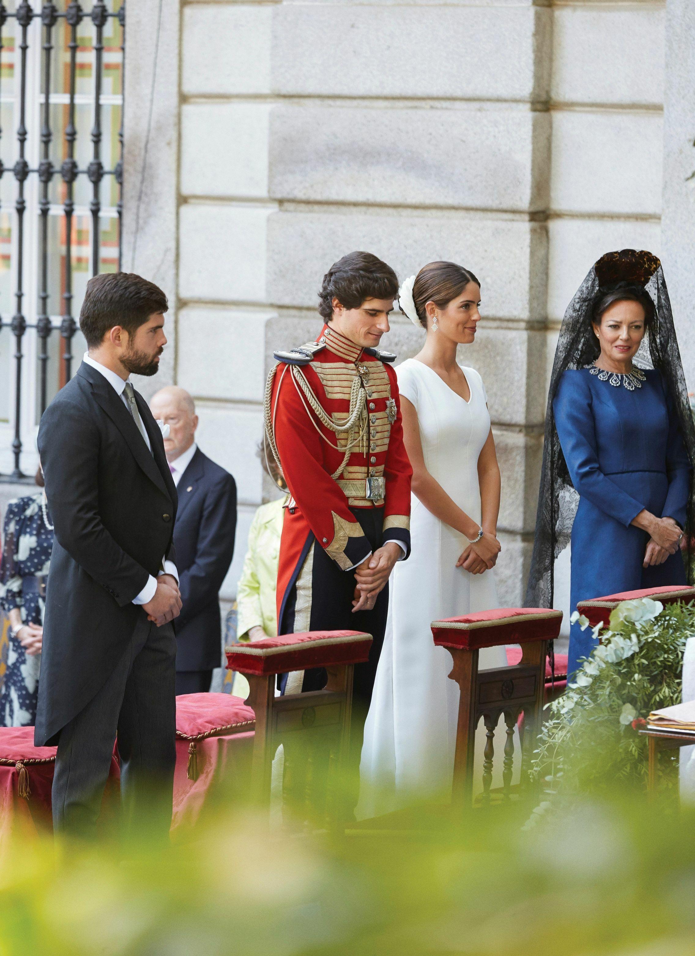 Fernando Palazuelo Barroso, Fernando Fitz-James, Sofía Palazuelo y Matilde Solís, ante el altar. (EFE)