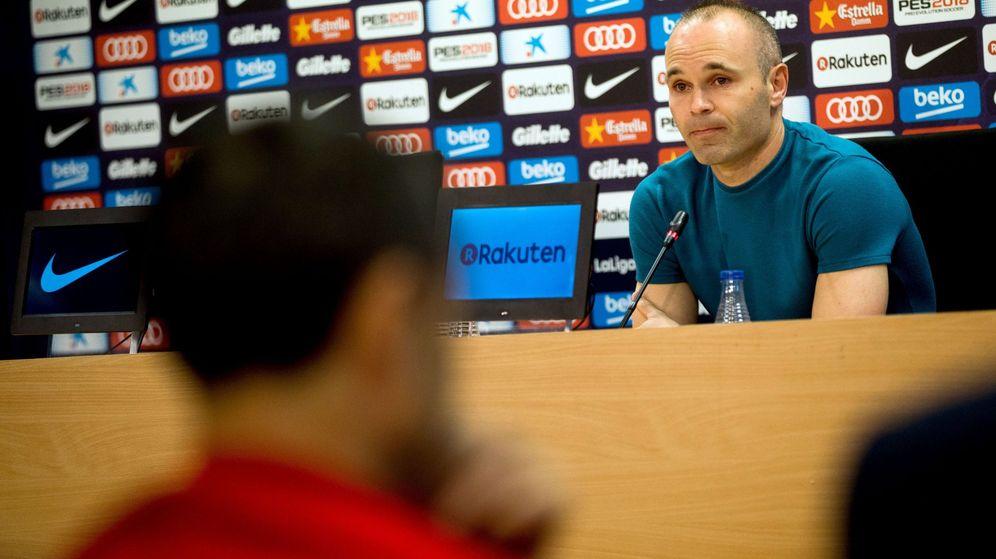 Foto: Andrés Iniesta, en la rueda de prensa en la que da a conocer su decisión de no seguir en el Barça. (EFE)