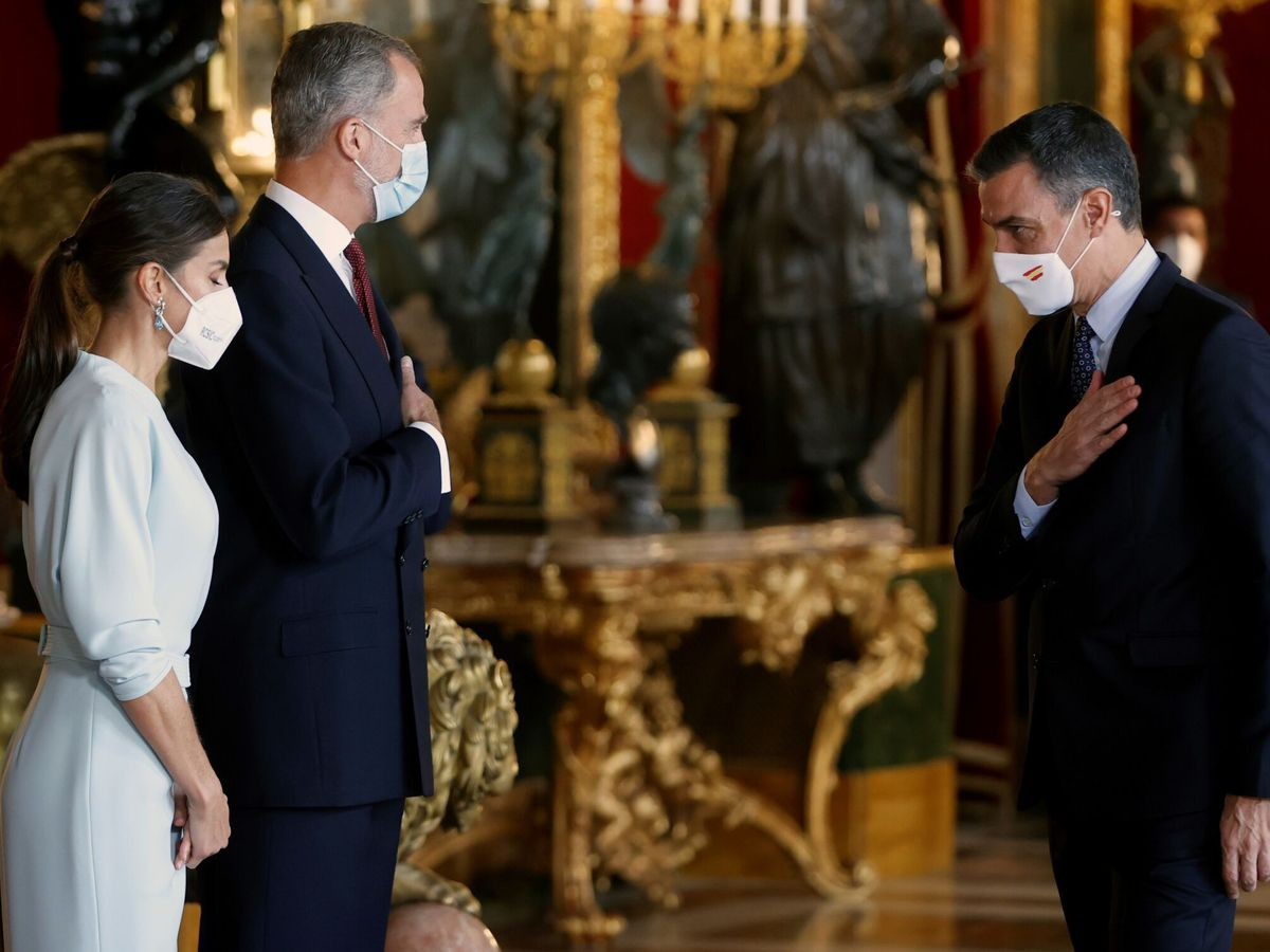 Foto: Saludo de Pedro Sánchez a los Reyes en la recepción del Palacio Real. (EFE)