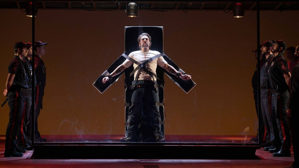 Foto: El barítono Michael Mayes como Joe De Rocher, a punto de enfrentarse a la inyección letal. (Teatro Real)