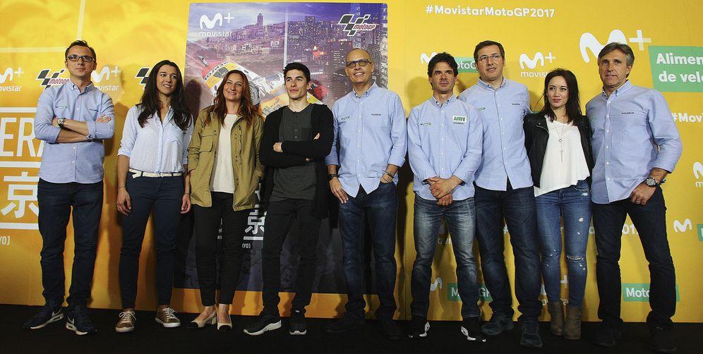 Foto: El equipo de Movistar MotoGP junto a Marc Márquez en la presentación de la programación de 2017 (Alejandro García/EFE)