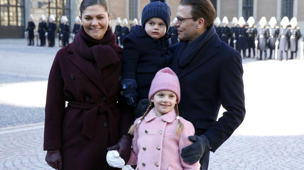 Foto: Estelle de Suecia con sus padres. (Getty)