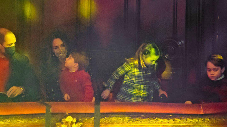 Los Cambridge y sus hijos, en el teatro. (Getty)