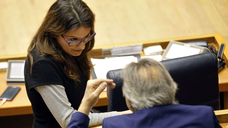 Mónica Oltra habla con el portavoz del PSPV-PSOE en las Cortes, Manolo Mata. (EFE)